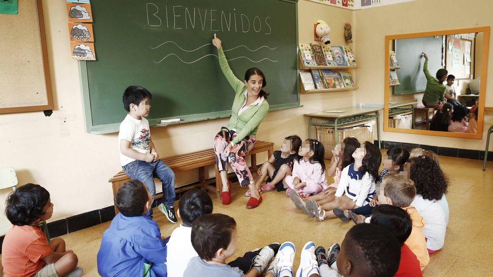 Foto: Una profesora con sus alumnos en un colegio. EFE