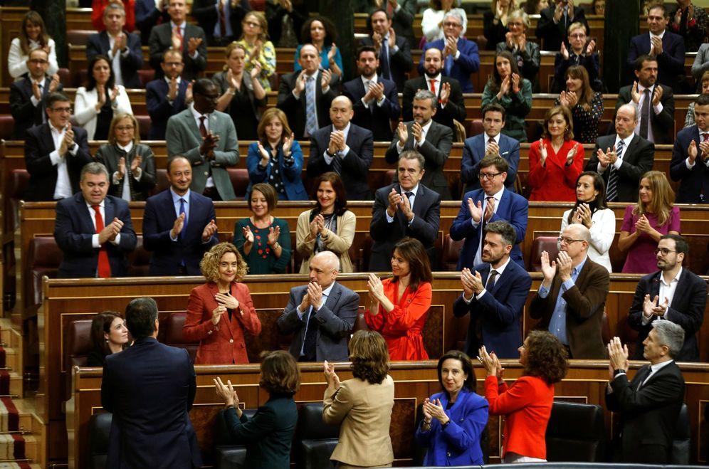 Foto: Meritxell Batet, proclamada como presidenta del Congreso, aplaudida por sus compañeros de la bancada socialista, este 3 de diciembre. (EFE)