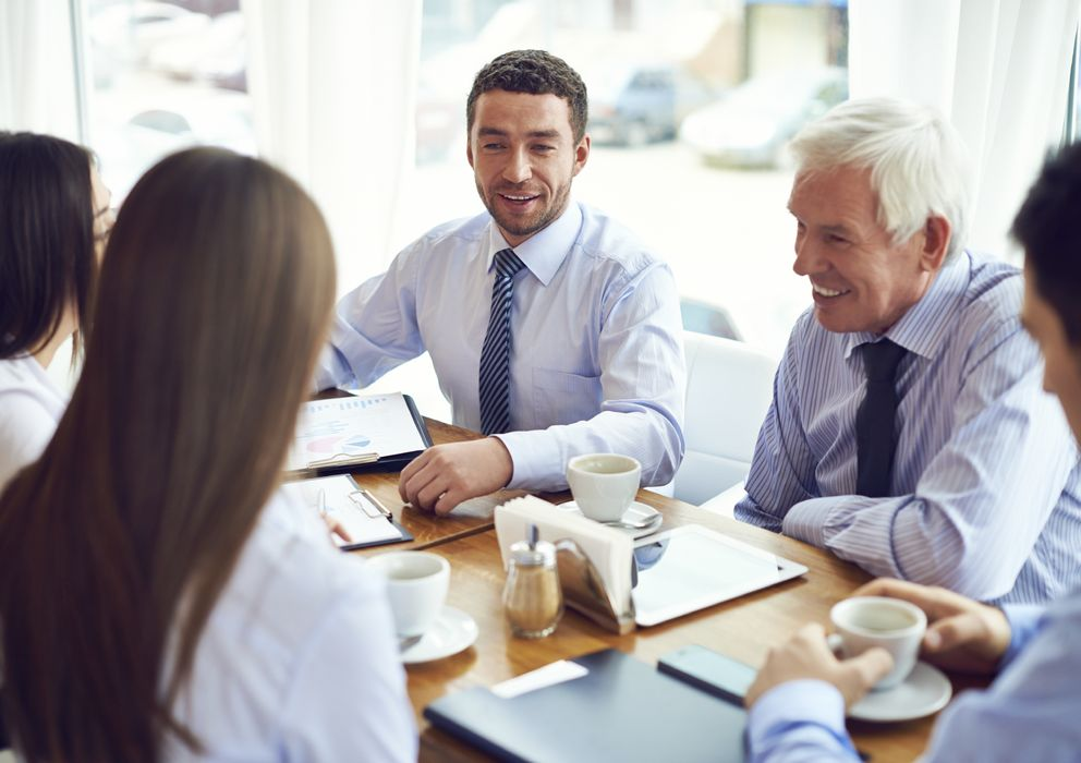 Foto: Si logramos hacer amigos en el trabajo lo conservaremos durante más tiempo. (iStock)