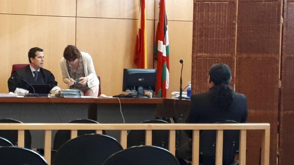 Foto: El tatuador acusado de presuntos abusos sexuales a varias clientas, en el banquillo de los acusados antes de ser colocado detrás de un biombo. (EC)