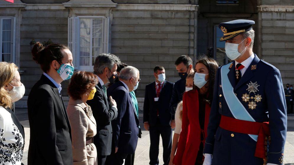 Foto: Los reyes Felipe y Letizia saludan al vicepresidente del Gobierno, Pablo Iglesias. (EFE)