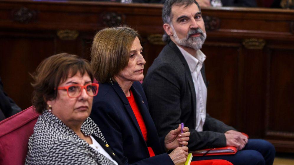 Foto: La exconsejera de Trabajo, Dolor Bassa (i); la expresidenta del Parlament, Carme Forcadell (c), y el presidente de Òmnium Cultural, Jordi Cuixart (d). (EFE)