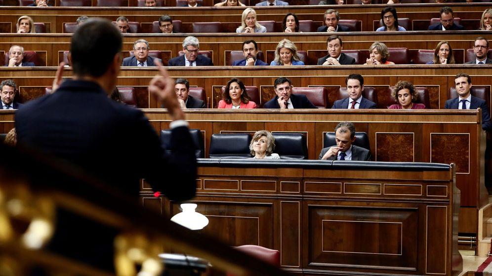 Foto: El presidente del Gobierno, Pedro Sánchez, se dirige al presidente del PP, Pablo Casado. (EFE)
