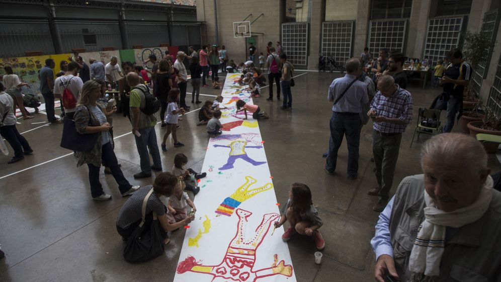 Foto: Profesores, padres y madres y alumnos en las escuelas durante la víspera al 1-O. (EFE)