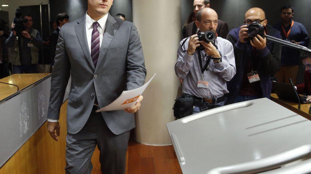 Foto: El presidente de Ciudadanos, Albert Rivera, a su llegada a una rueda de prensa en el Congreso de los Diputados. (EFE)