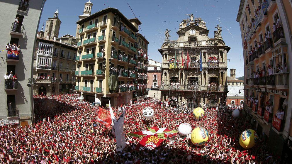 Foto: Miles de personas festejan con sus pañuelos San Fermín 2016. (EFE)