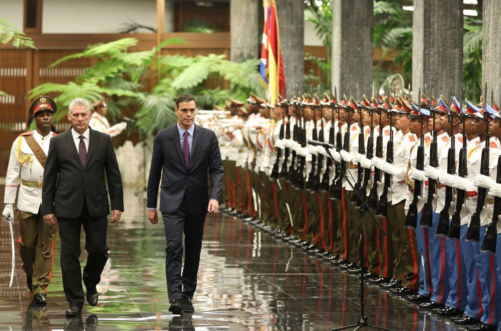 Foto: Pedro Sánchez y Miguel Díaz-Canel durante los honores militares en el Palacio de la Revolución, este 22 de noviembre en La Habana. (Reuters)