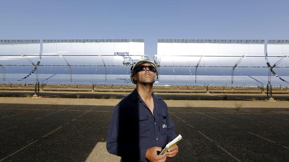 Foto: Un trabajador en la termosolar de Andasol, una de las que ha ganado un arbitraje a España. (Reuters)