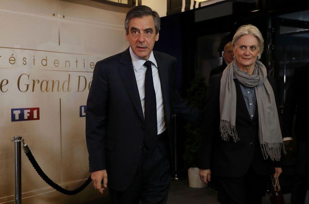 Foto: François Fillon y su esposa Penelope en Aubervilliers, el 20 de marzo de 2017 (Reuters)