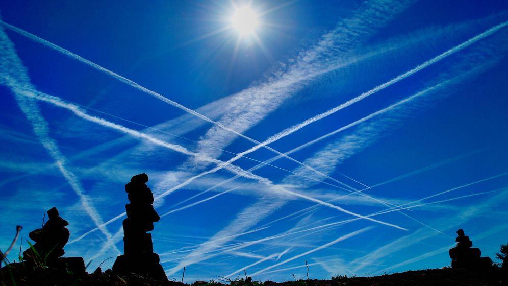Foto: Estelas de aviones en el cielo.