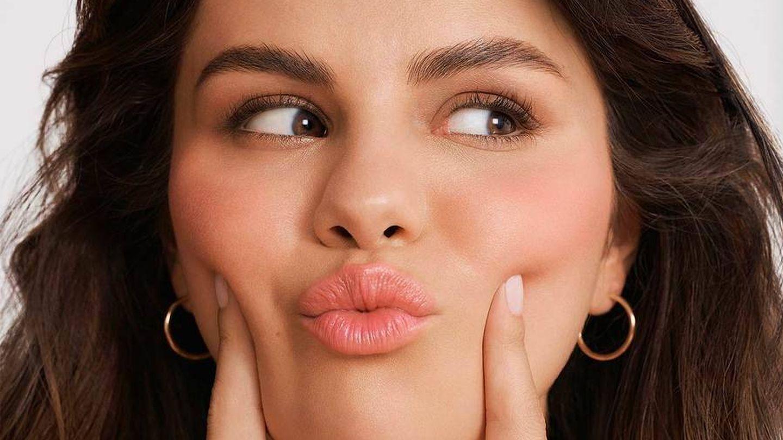 Selena Gomez, con el rubor en crema de Rare Beauty.