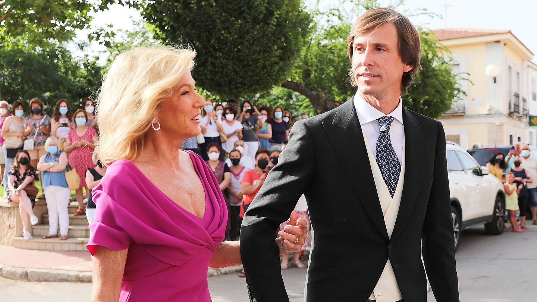 Miriam Lapique y su hijo Felipe, antes de entrar en la iglesia. (Limited Pictures)