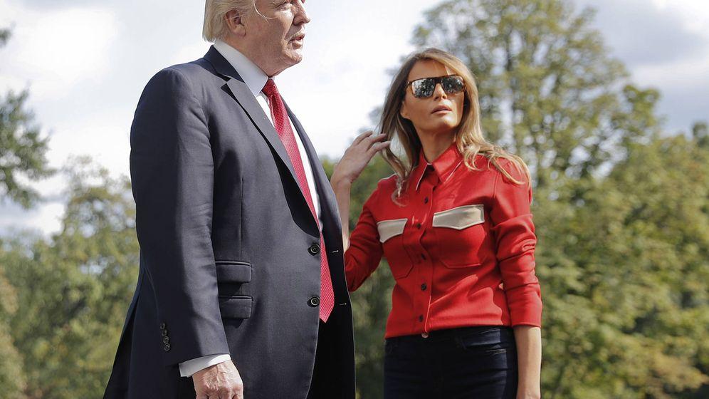 Foto: Donald Trump y Melania con su camisa de la polémica. (Gtres)