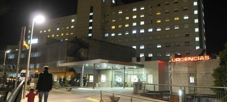 Foto: Entrada del Hospital Universitario de Valme, en Sevilla, donde han fallecido los afectados (Efe).