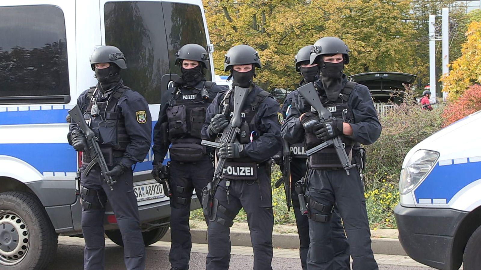 Foto: Policías en el área donde se ha producido el tiroteo. (Reuters)