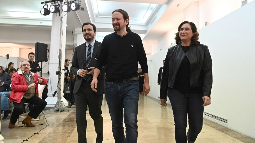 Foto:  El vicepresidente segundo del Gobierno, Pablo Iglesias, junto al ministro de Consumo, Alberto Garzón, y la alcaldesa de Barcelona y líder de los comuns, Ada Colau. (EFE)