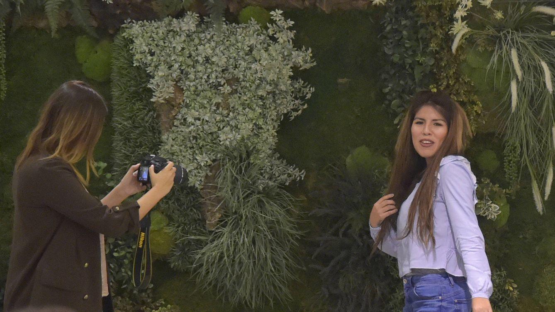 Chabelita habla de boda por la iglesia con Albalá mientras 'flirtea' con un chico peruano