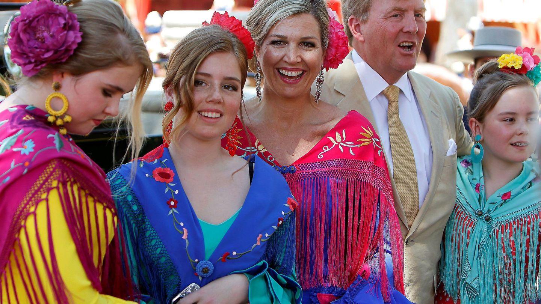 Los reyes de Holanda y sus hijas visitando la Feria de Sevilla. (EFE)