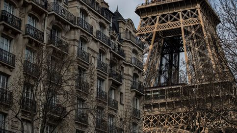 Cerrada la Torre Eiffel por la presencia de un hombre escalando el monumento