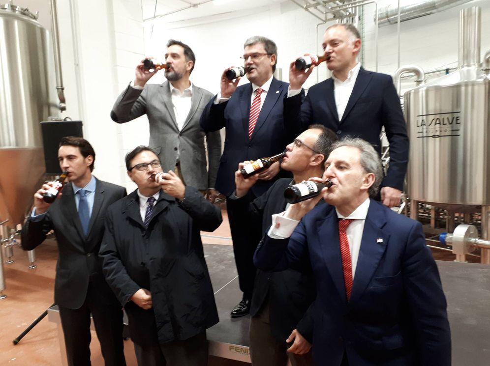 Foto: Responsables de La Salve y autoridades municipales beben cerveza para celebrar la inauguración de la fábrica de Bilbao. (J.M.A.)