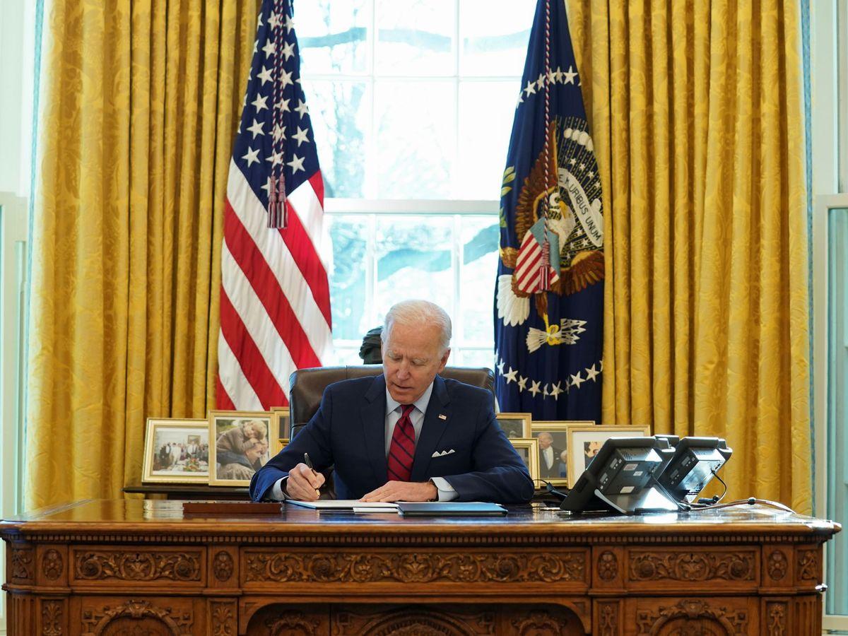 Foto: El presidente Biden firma una orden ejecutiva. (Reuters)