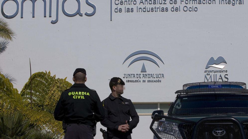 Foto: Agentes de la Guardia Civil ante Ciomijas, uno de los consorcios públicos del fraude de la formación. (Efe)