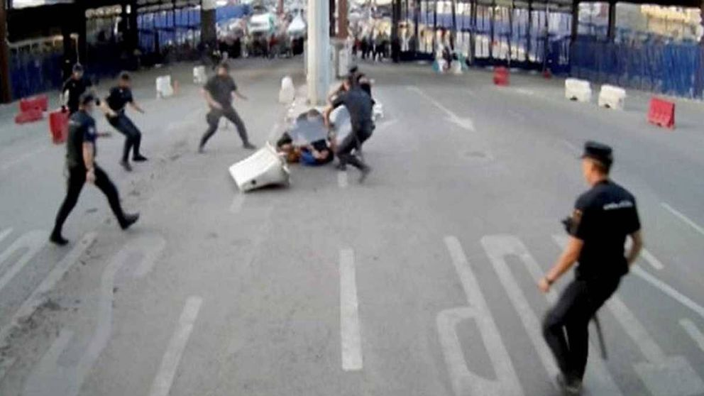 Un hombre hiere con un cuchillo a un policía de Melilla al grito de Alá es grande