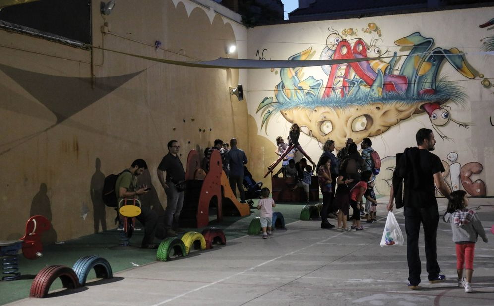 Foto: Padres y alumnos en el patio de la escuela Enric Casassas de Sabadell. (D.B.)