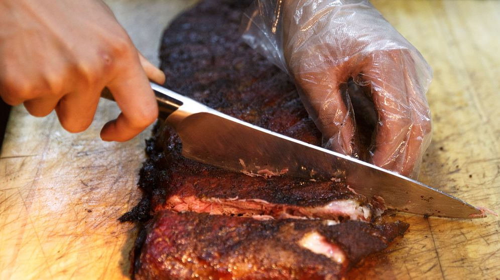 Foto: Las costillas a la barbacoa es uno de los platos más tradicionales de la cocina americana (Reuters/Thomas Peter)