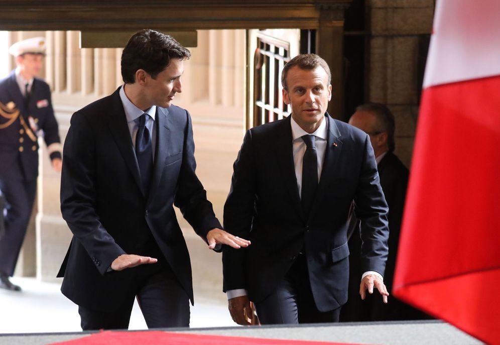 Foto: El primer ministro canadiense, Justin Trudeau (i), habla con el presidente francés, Emmanuel Macron, en Ottawa, el 6 de junio de 2018. (EFE)