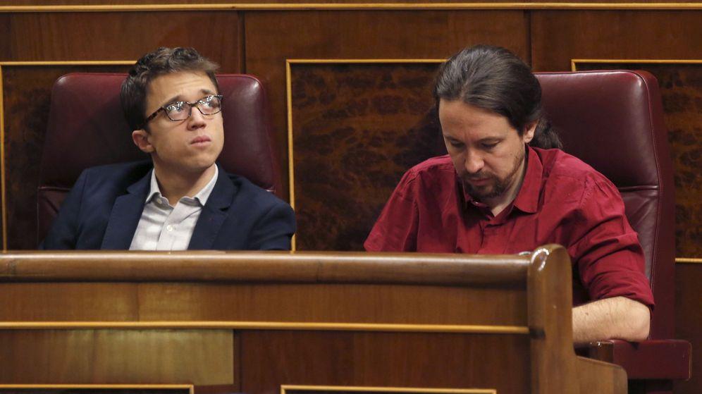 Foto: El líder de Podemos, Pablo Iglesias (d), y el portavoz en el Congreso del partido, Íñigo Errejón, durante la última sesión de control al Gobierno. (EFE)