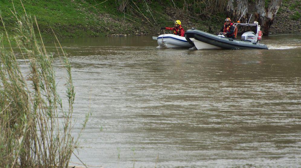 Foto:  Bomberos en las labores de búsqueda en el arroyo donde desapareció el Guardia Civil de Guillena. (EFE)