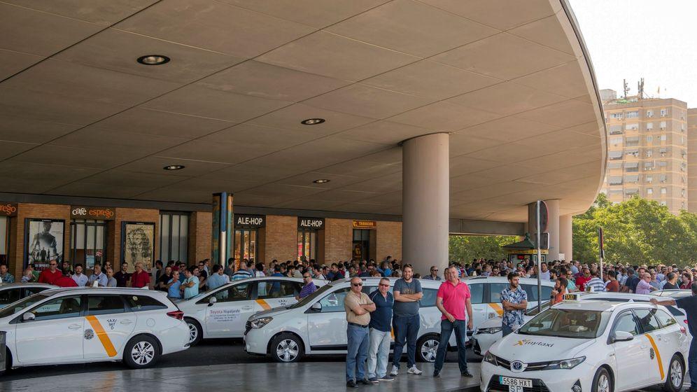 Foto: El taxista sevillano devolvió la mochila con los 5.560 euros y su propietario le dio una propina de 100 euros (EFE/Raúl Caro)