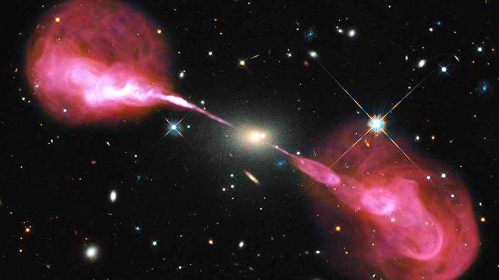 Foto: Imagen compuesta de una tomada por el observatorio radioastronómico Karl G. Jansky Very Large Array (en rosa) y otra tomada por el telescopio Hubble