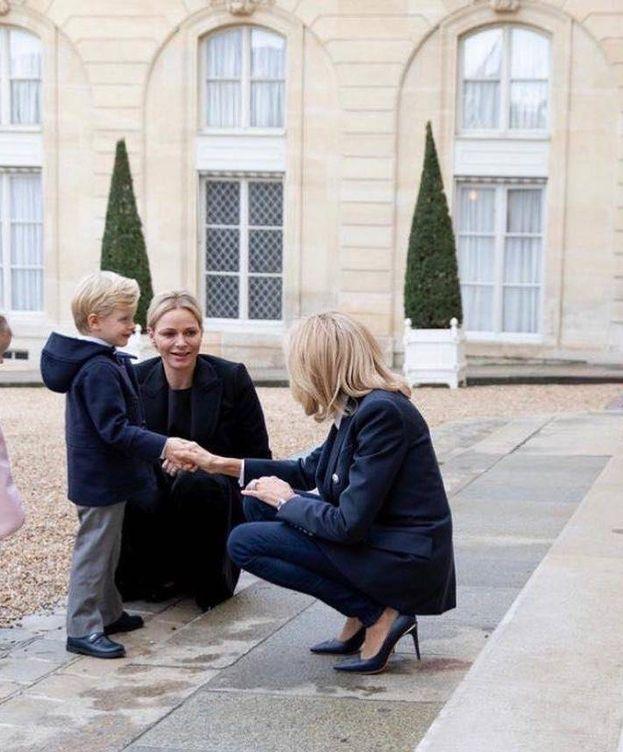 Foto: Brigitte Macron recibe a Jacques y Gabriella, en presencia de Charlene. (Instagram Princesa Charlene)