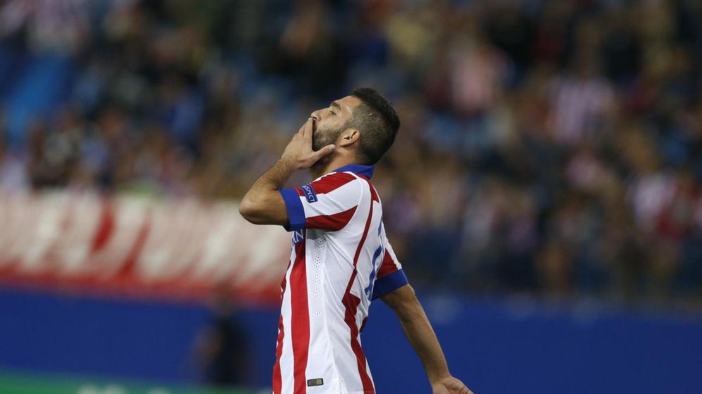Foto: Arda Turan durante un partido con el Atlético (AP).