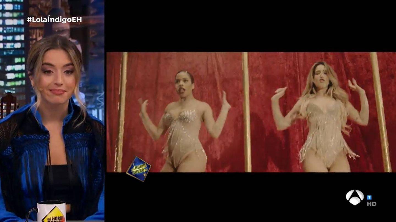 Lola Índigo, viendo imágenes de su nuevo videoclip. (Atresmedia)
