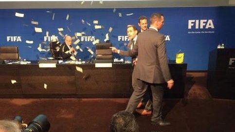 Un cómico se cuela en la rueda de prensa de Blatter y le lanza un fajo de billetes