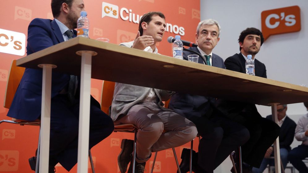 Foto: El presidente de Ciudadanos, Albert Rivera (2i), acompañado de su equipo económico en la sede de Madrid. (EFE)