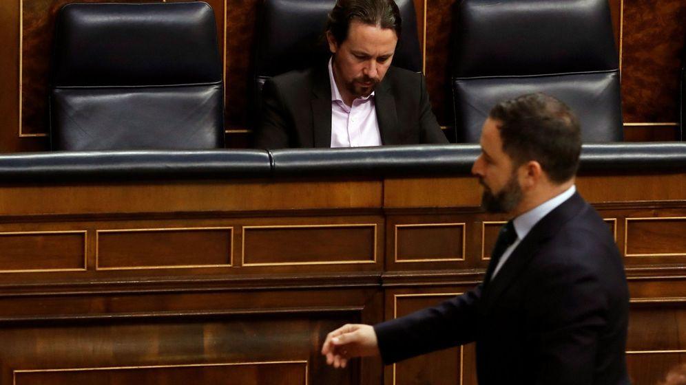 Foto: El líder de Vox, Santiago Abascal, pasa frente a Pablo Iglesias en el Congreso. (EFE)