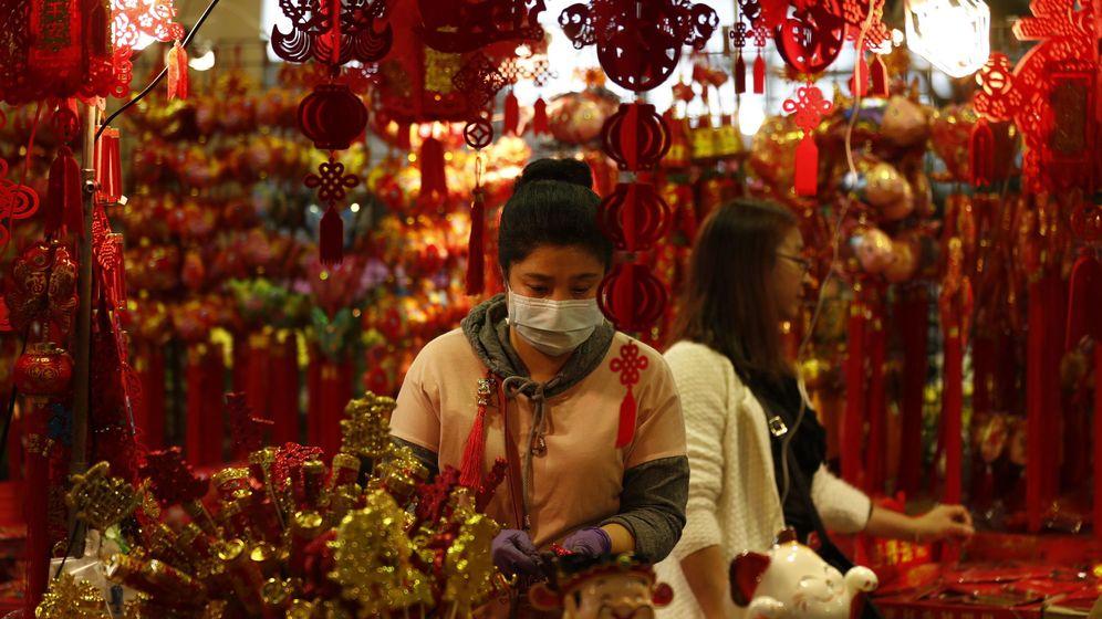 Foto: Una mujer taiwanesa con una mascarilla en una tienda. (EFE)