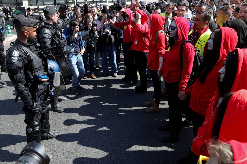Foto: Agentes de policía ante manifestantes de los chalecos amarillos en París, Francia. (Reuters)