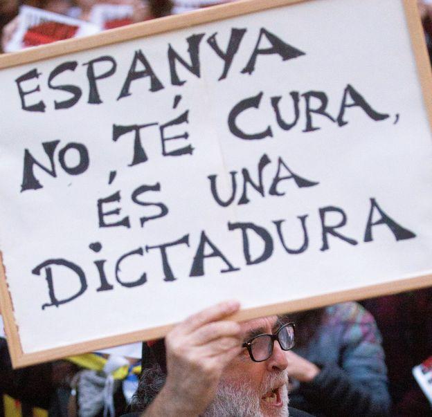 Foto: Manifestación en la Plaza de la Catedral de Barcelona en noviembre. (EFE)