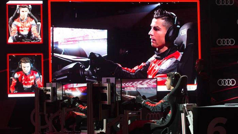 Cristiano Ronaldo y sus compañeros en el simulador de Fórmula E de Audi.