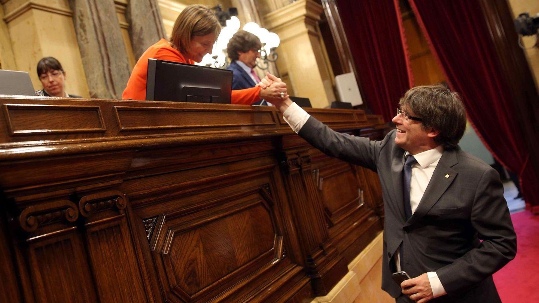 El presidente de la Generalitat, Carles Puigdemont, saluda a la presidenta del Parlament Carme Forcadell. (EFE)
