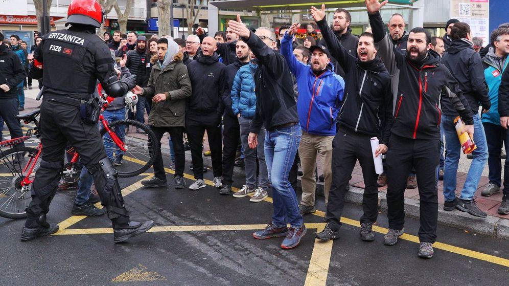 Foto: Miembros de un piquete en Vitoria. (EFE)