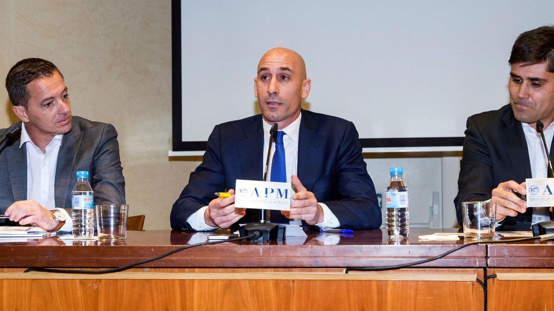 Luis Rubiales, entre Jesús Díaz Páramos y David Aganzo, el día que anunció su dimisión de AFE. (EFE)