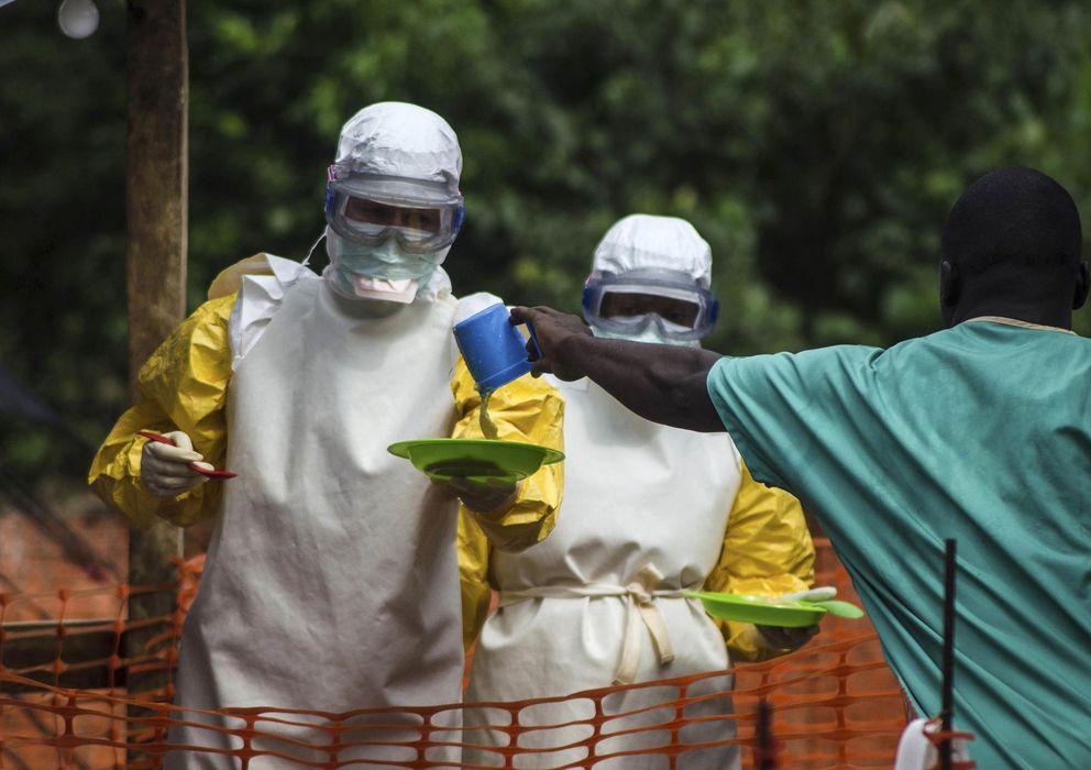 Foto: El personal sanitario que trabaja con Médicos Sin Fronteras (MSF) se prepara para llevar comida a los pacientes. (Reuters)