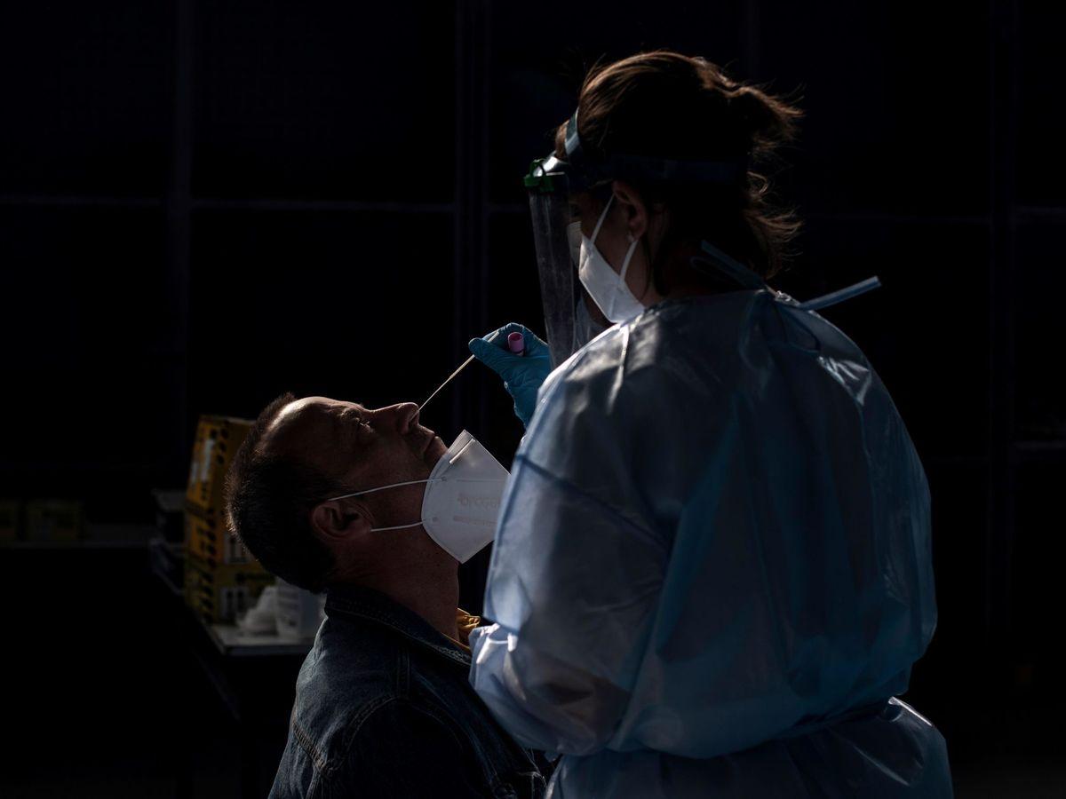 Foto: Una trabajadora sanitaria realiza una prueba PCR en Ourense. (EFE)