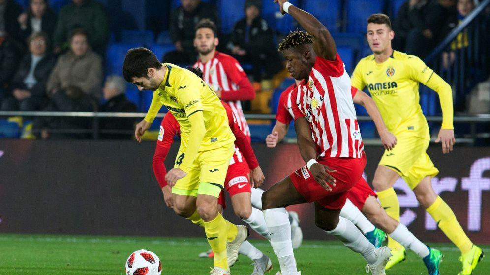 Foto: Sekou (d) en un partido de Copa del Rey entre el Villarreal y el Almería jugado hace un año. (EFE)